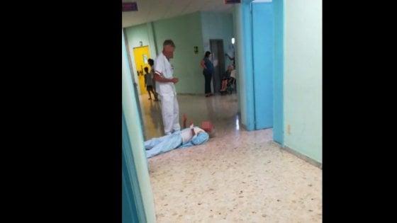 Anziano col femore rotto striscia in corsia nell'ospedale di Vallo della Lucania, ma l'Asl smentisce