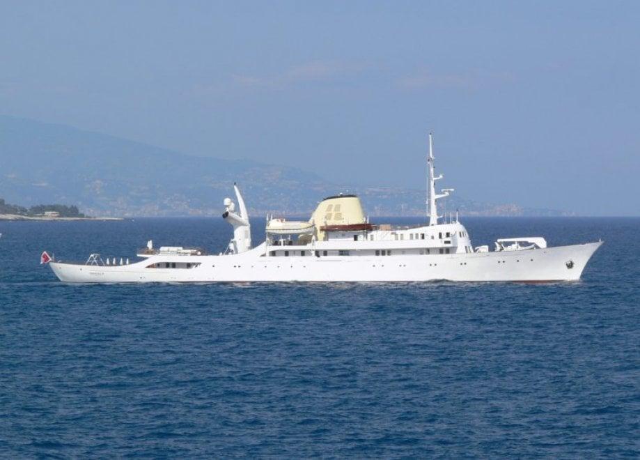 Agropoli all 39 ancora lo yacht christina appartenuto a for Il canotto a bordo degli yacht