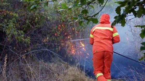 Tornano a bruciare i monti dell'Irpinia, il fuoco minaccia la linea ferroviaria Avellino-Rocchetta