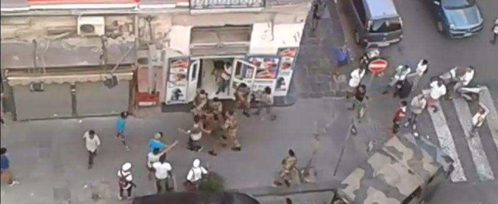 Napoli, militari circondati e aggrediti da un gruppo di immigrati per impedire un fermo