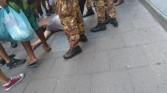 """Napoli, esercito accerchiato da migranti. La denuncia di Mohamed: """"Un calcio e uno schiaffo e il marocchino fermato è caduto"""""""