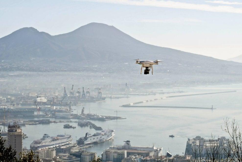 Napoli, un drone e il Vesuvio: lo scatto di Riccardo Siano