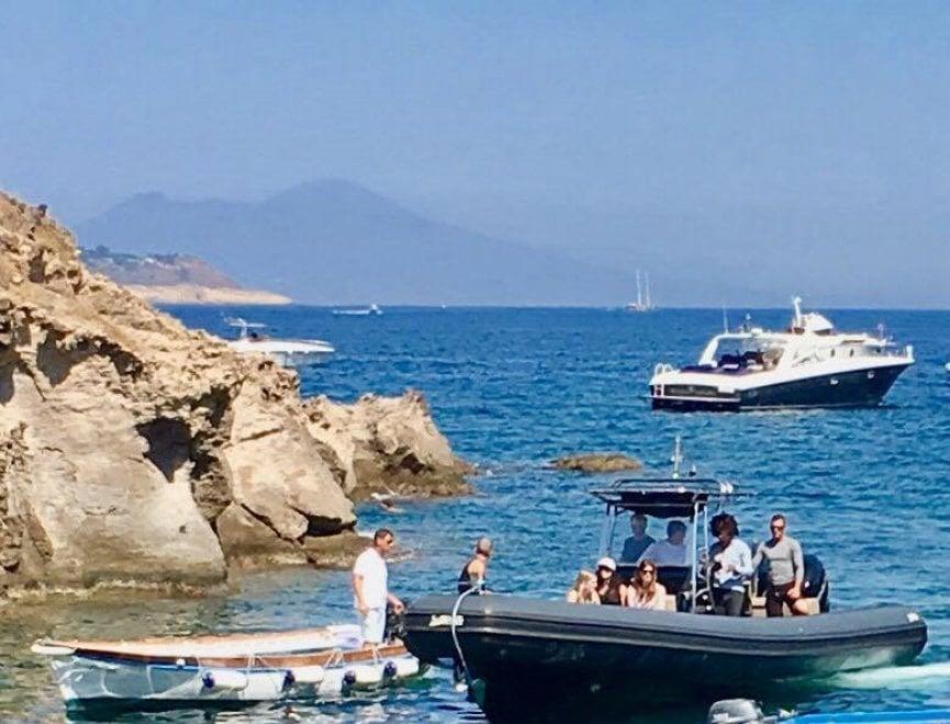 Ischia, sbarca Lenny Kravitz: pranzo mediterraneo con vista Castello