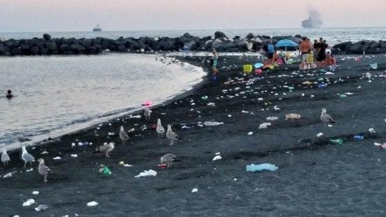 """Spiaggia di San Giovanni a Teduccio: """"La puliamo ogni giorno"""""""