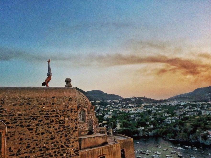 Ischia, anche dall'Argentina e dal Canada per lo yoga nell'incanto del Castello