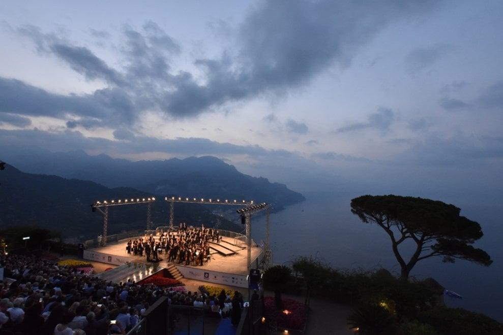 Magia di luci e musica per il concerto all'alba