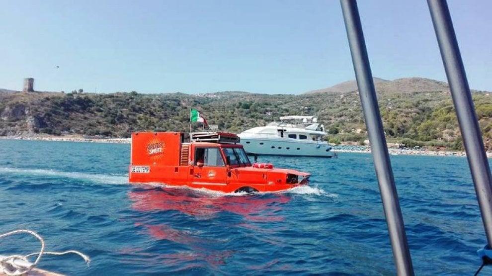 Nel mare di camerota il bar galleggiante di aperol for Un mezzo galleggiante