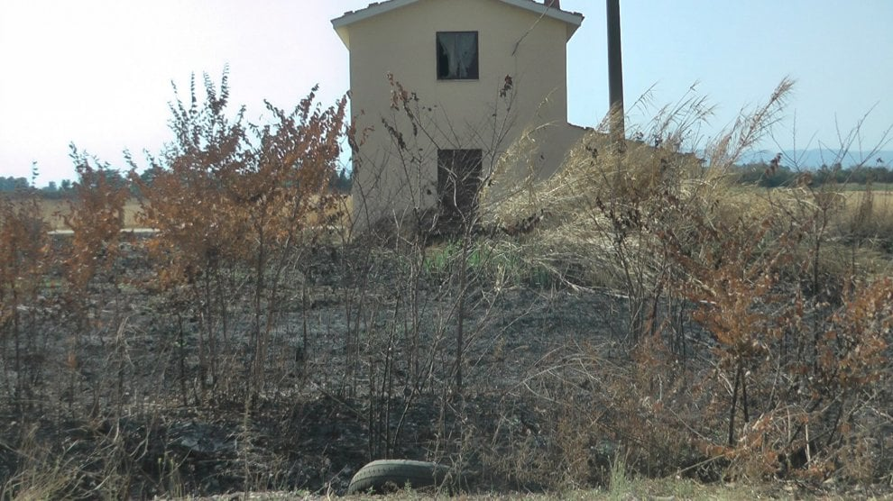 Santa Maria la Fossa, allarme inquinamento: a fuoco rifiuti tossici interrati