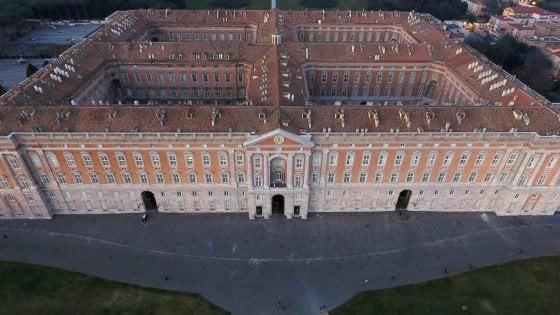Vendeva magneti davanti alla Reggia di Caserta: maximulta da cinquemila euro