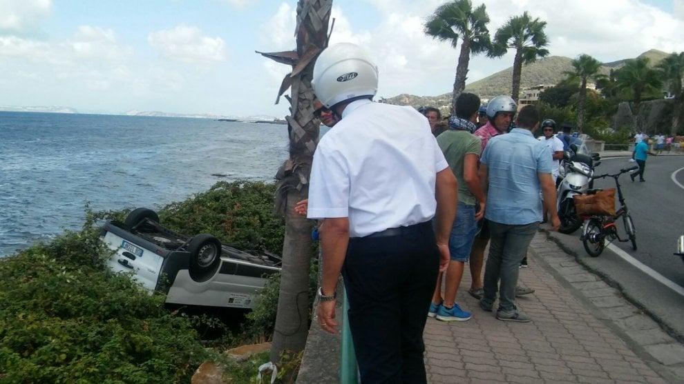 Paura a Ischia, taxi va fuori strada e finisce sugli scogli