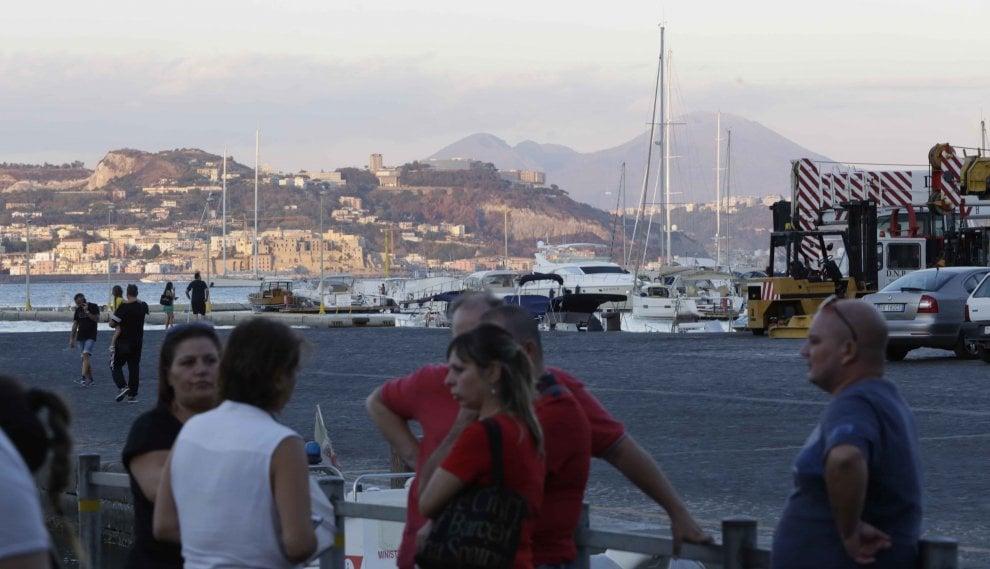 Immersione fatale per un sub e una ragazzina, l'attesa della famiglia di Lara al porto di Bacoli