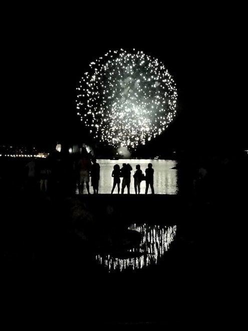 Ferragosto, i fuochi d'artificio sul lungomare di Napoli: lo scatto perfetto