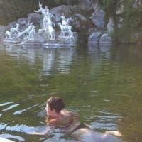Turista fa il bagno in bikini nella fontana nella Reggia di Caserta
