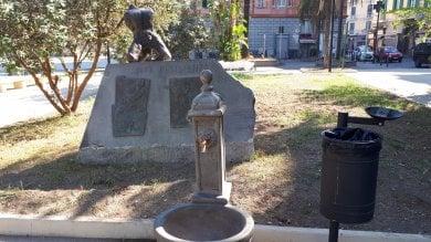 Castellammare, fontanina e cestino coprono il monumento alla Resistenza  foto