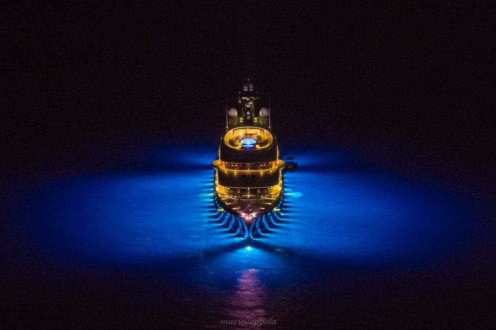 Il lusso nella notte: lo spettacolo degli yacht in rada a Capri