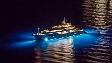 Il lusso degli yacht  in rada nella notte