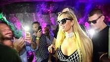 """Paris Hilton """"Catwoman""""  si scatena in consolle"""
