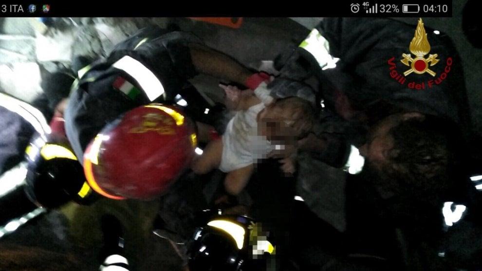 Terremoto Ischia, estratto vivo il piccolo Pasquale: la foto del salvataggio