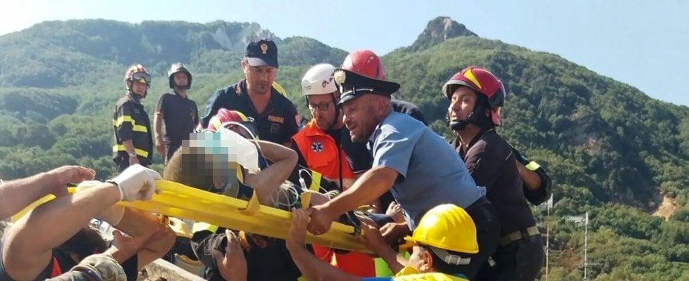 """Terremoto Ischia: in salvo intera famiglia. Estratti anche i due fratelli. """"Ciro ha salvato la vita a Mattias"""""""
