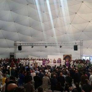 """Casamicciola, funerali per le vittime del terremoto. Il vescovo: """"L'abusivismo non è la causa dei crolli"""""""
