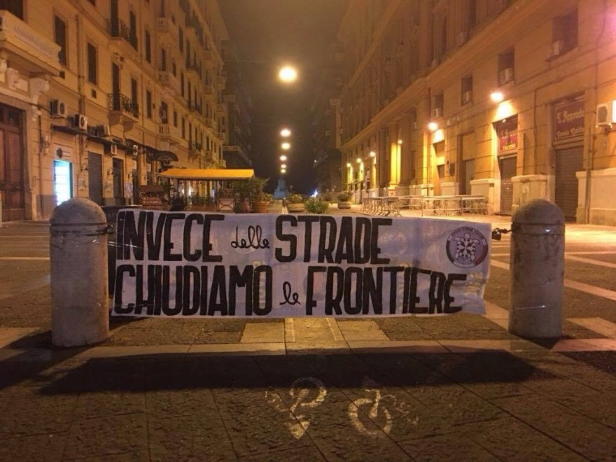 """Terrorismo, a Napoli striscioni di Casa Pound: """"Invece delle strade, chiudiamo le frontiere"""""""