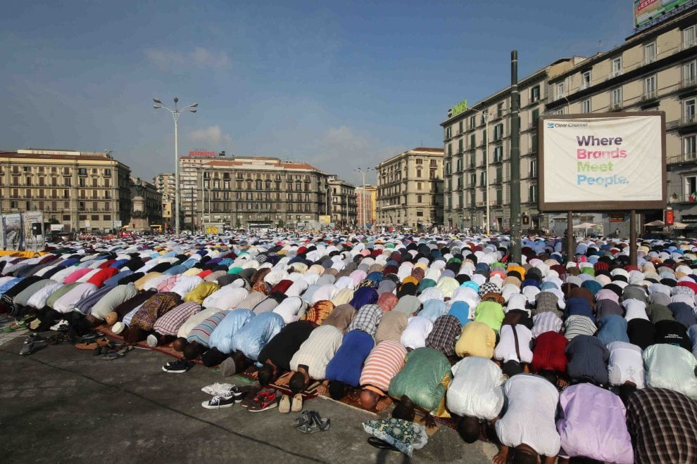 Islam, migliaia in piazza a Napoli per la festa del sacrificio: per la prima volta insieme le diverse comunità