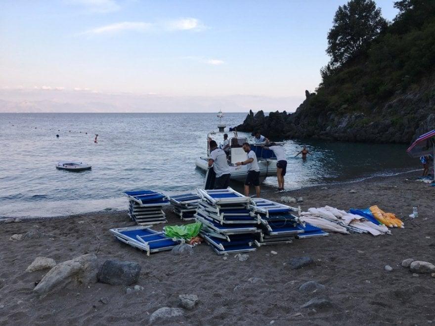 Ombrelloni Da Spiaggia Napoli.Camerota La Spiaggia Dei Francesi Liberata Da Ombrelloni E Sdraio