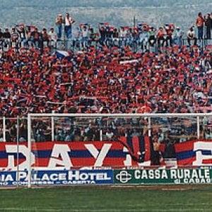 Calcio, sassaiola dei tifosi della Casertana contro il bus dei siciliani dopo la partita
