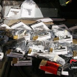 Nascondeva 11 pistole e 600 cartucce nel sedile dell'auto, pensionato bloccato in autostrada