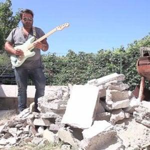 """Ischia, Matteo il musicista terremotato: """"Suono l'inno tra le macerie con la chitarra sopravvissuta"""""""