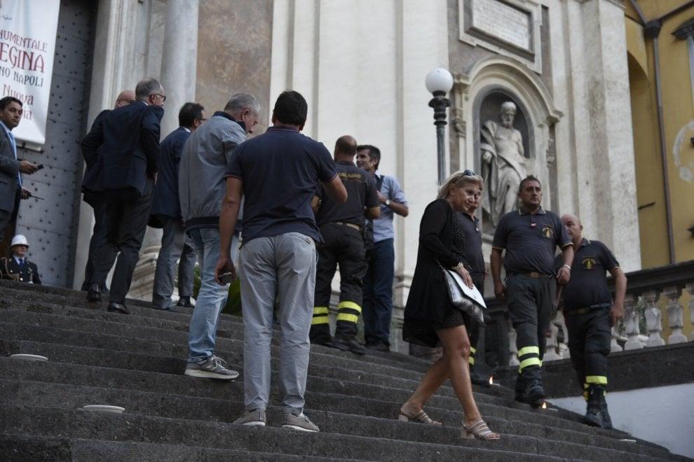 G7, cadono calcinacci dalla facciata della Chiesa di Donnaregina. La delegazione entra da un ingresso laterale