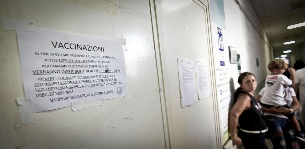 Vaccini, file e attese nei centri allestiti dall'Asl Napoli 1