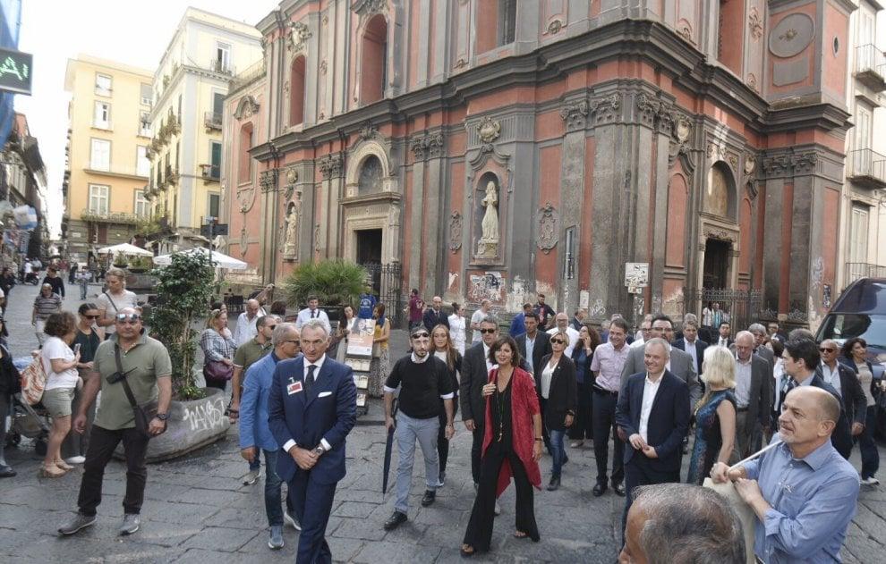 """Passeggiata nel cuore di Napoli deI presidenti delle Camere del G7: """"Siamo innamorati della città"""""""