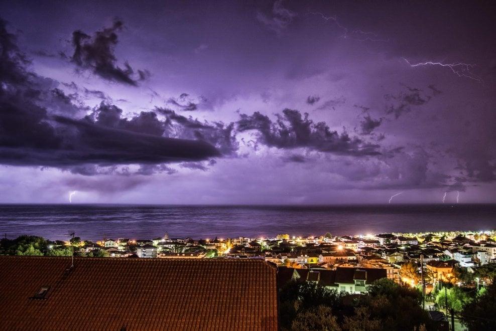 Cilento, i fulmini illuminano la notte di Ascea Marina
