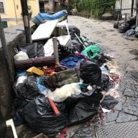 Napoli, la scuola inizia tra i rifiuti. Protesta delle mamme del Pontano