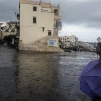 Maltempo, ad Ischia disagi e suggestioni: mare in tempesta e piazzale allagato