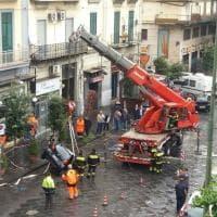 Maltempo, voragine in strada a corso Meridionale a Napoli: auto sprofonda