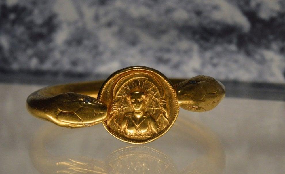 Pompei: il bracciale d'oro trovato sotto i lapilli