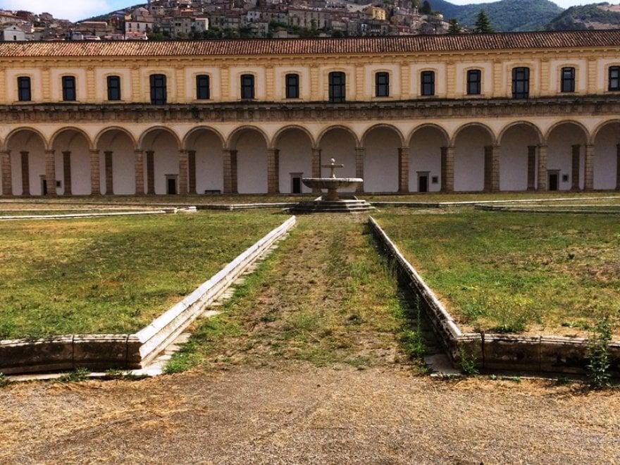 Il chiostro della Certosa di Padula è un campo abbandonato, mancano i giardinieri