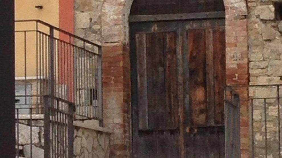 Ginestra degli Schiavoni: dopo la pioggia su una porta l'immagine di Padre Pio