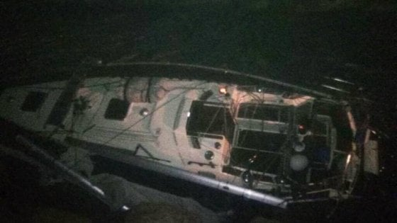Barca a vela naufraga nel golfo di Policastro con il mare in tempesta, un ferito e un disperso