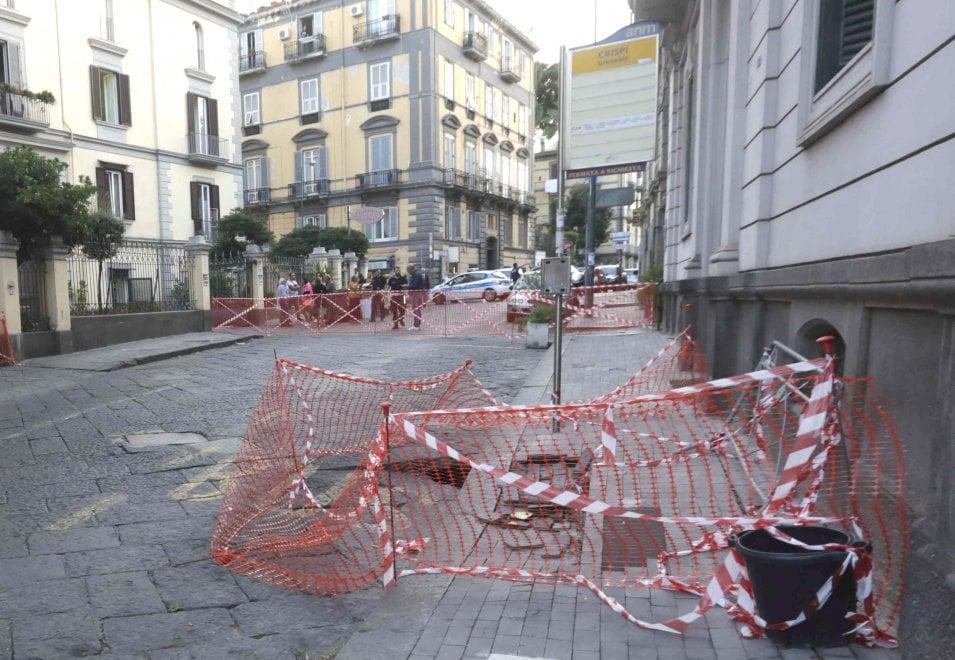 Napoli, due voragini in via Crispi: strada chiusa al traffico