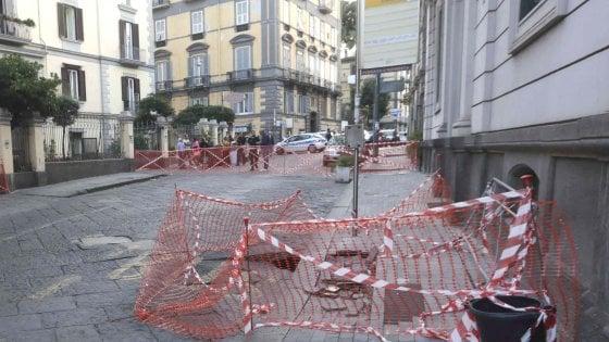 Napoli: traffico in tilt per la voragine di via Crispi