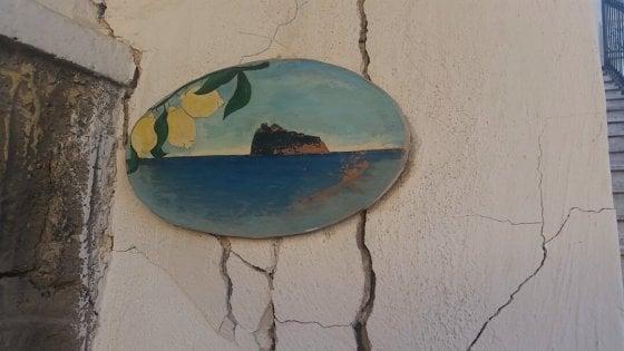 """Ischia, recensione shock su TripAdvisor:  """"Camere brutte, fortuna che è arrivato il terremoto"""""""