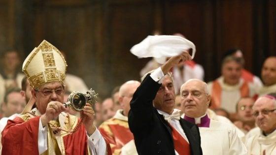 """Napoli, miracolo di San Gennaro. Il grido dei fedeli: """"Il sangue si è sciolto"""""""