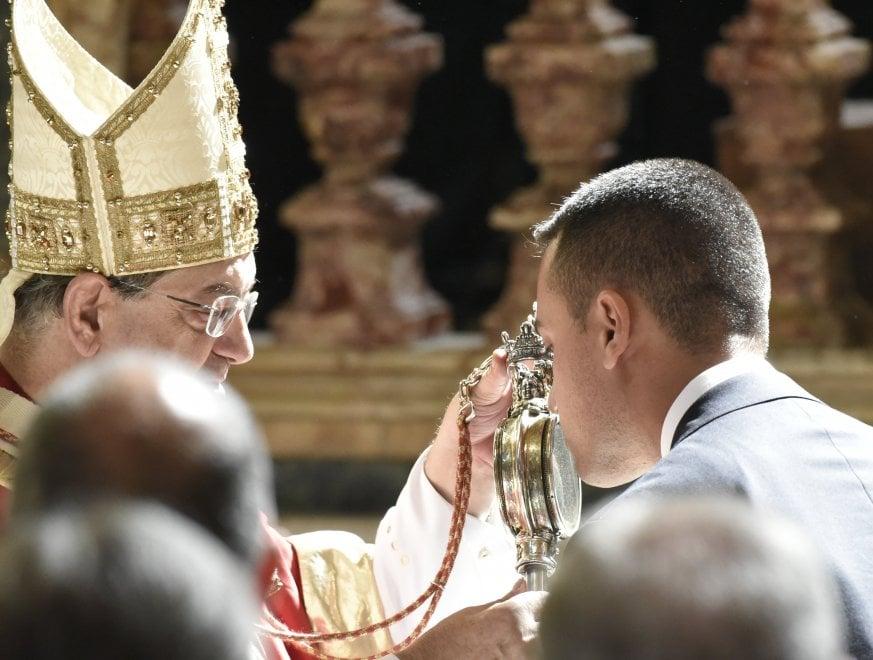 Il candidato premier Di Maio bacia la teca di San Gennaro