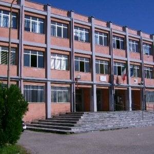 La scuola è inagibile: lezione in piazza per gli studenti di Caserta