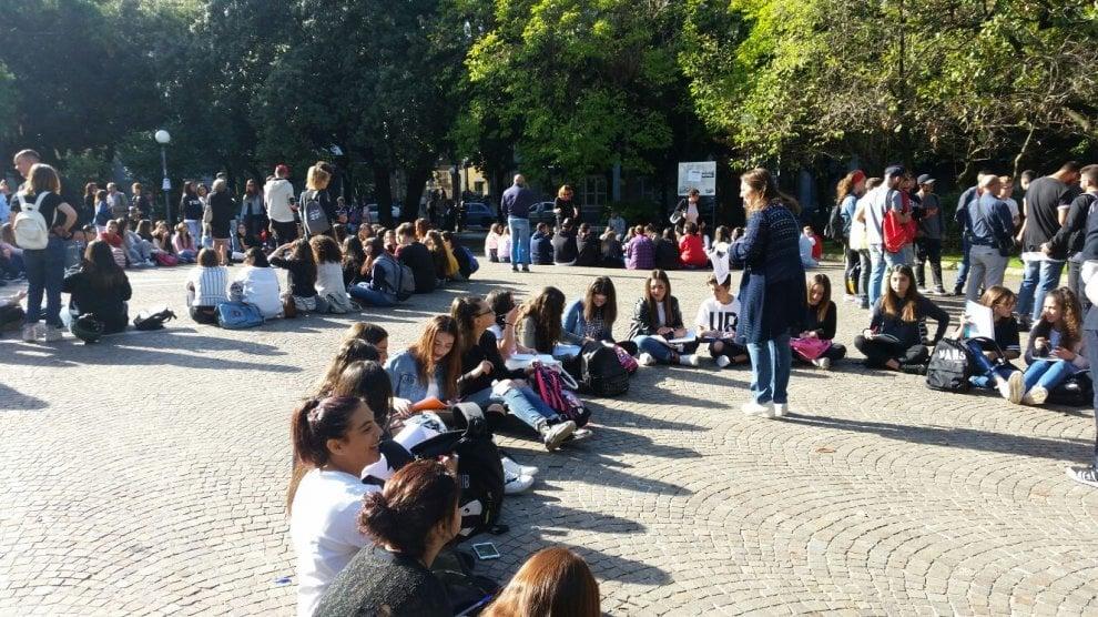 Caserta, l'Istituto Buonarroti fa scuola in piazza