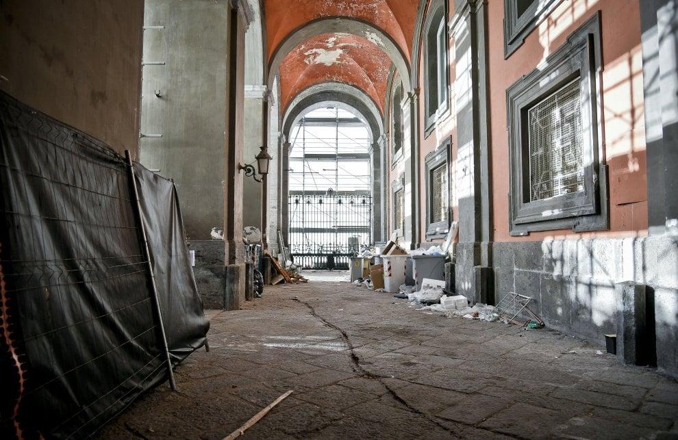 Rifiuti e cassonetti stracolmi dentro Palazzo Reale