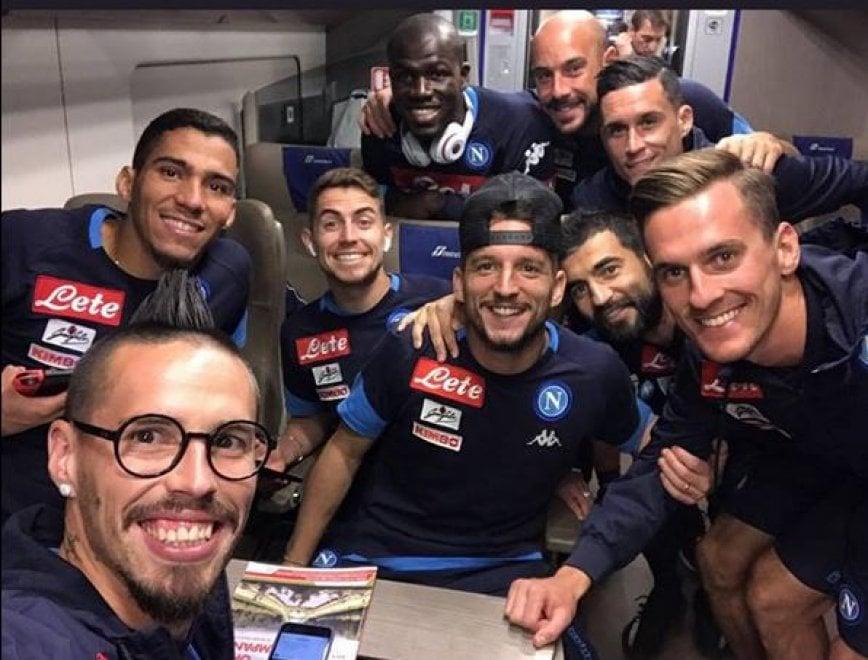 Napoli, in treno dopo il poker: il selfie della vittoria azzurra